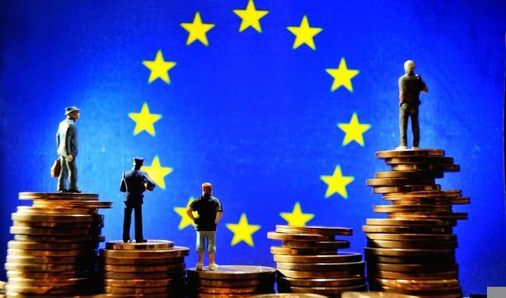 Illustration-13-octobre-2012-Lille-avec-figurines-pieces-euros-devant-drapeau-Union-europeenne_0_730_485